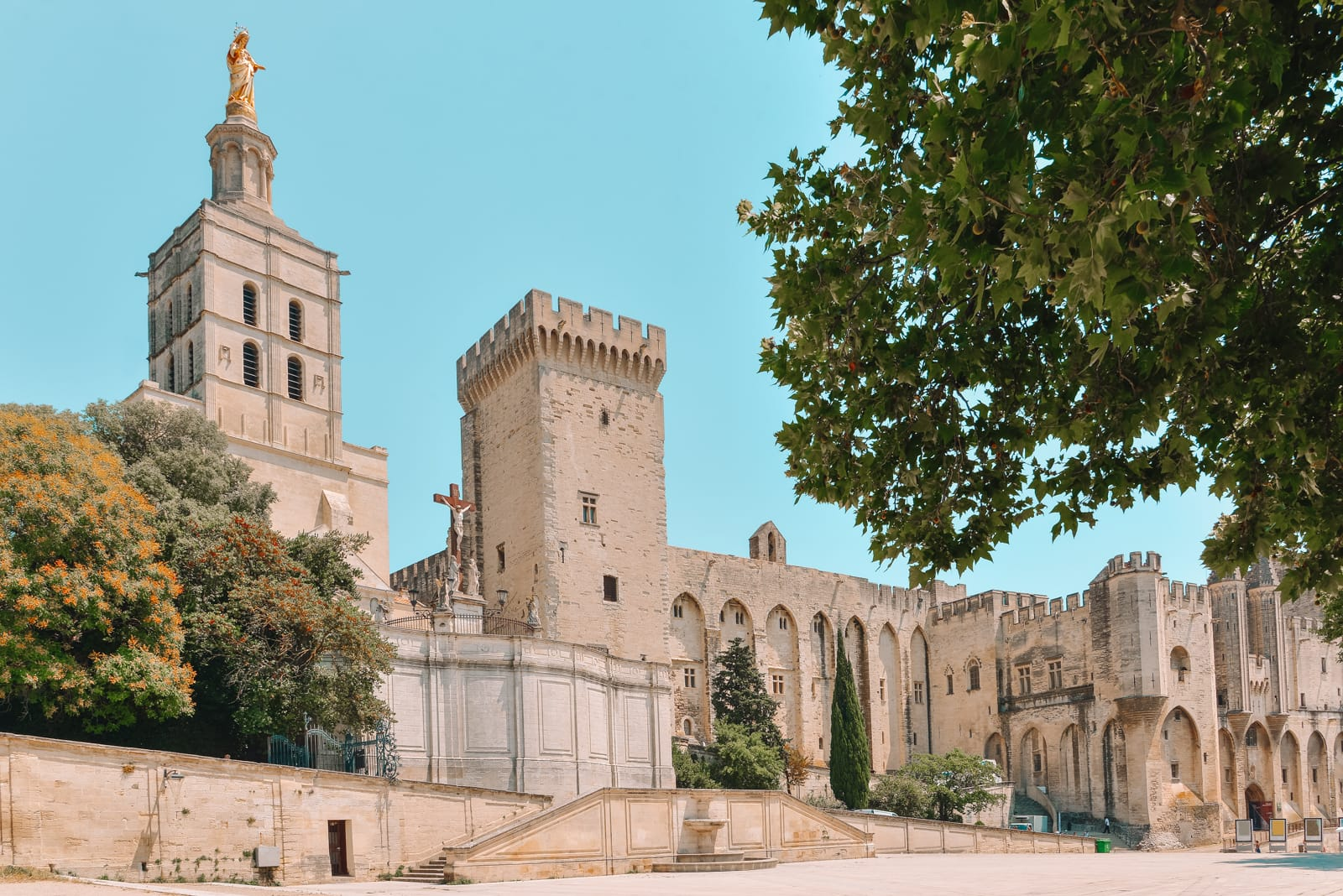 13 Best Things To Do In Avignon, France (12)